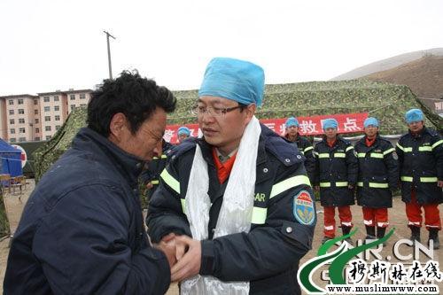 握着部队医生的手卓玛的父亲流下激动的热泪