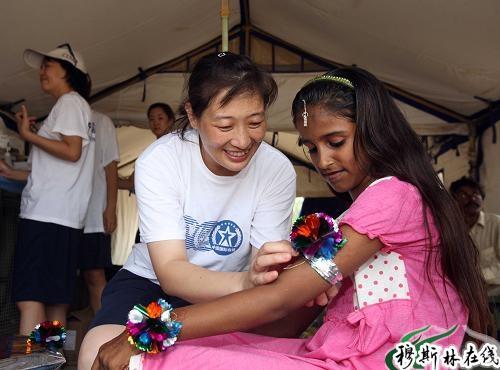 中国救援队的医生给当地儿童发放食品