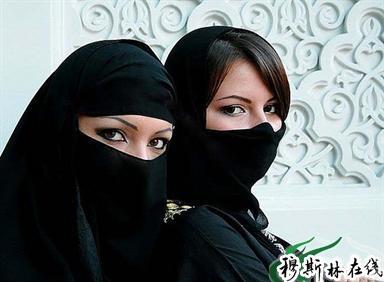 这是沙特年轻美女 特别是少妇们的着装