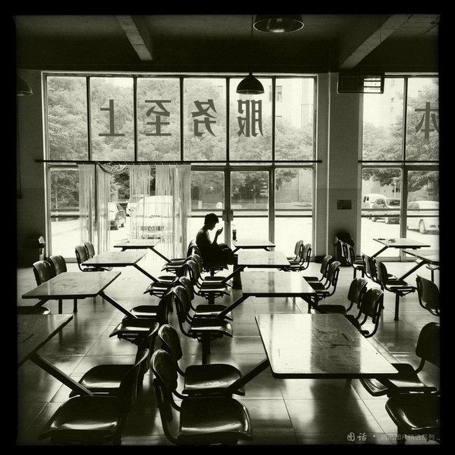 西北师大,清冷的食堂内。