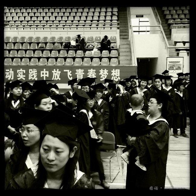在西北城市兰州的各大高校里,穿着学位服的学生在校园里随处可见,他们手持相机匆匆从一个景点赶往另一个景点,有的学生已与单位签约尘埃落定,而未就业的学生则寄希望于考研、考公务员、赴基层工作、自主创业等等。毕业季,既伤感又忙碌。6月19日,1000多名2013年硕士毕业生在西北师大体育馆举行毕业典礼,中文系硕士生汪红(化名)抱着自已刚满一岁的女儿来见证这一刻。