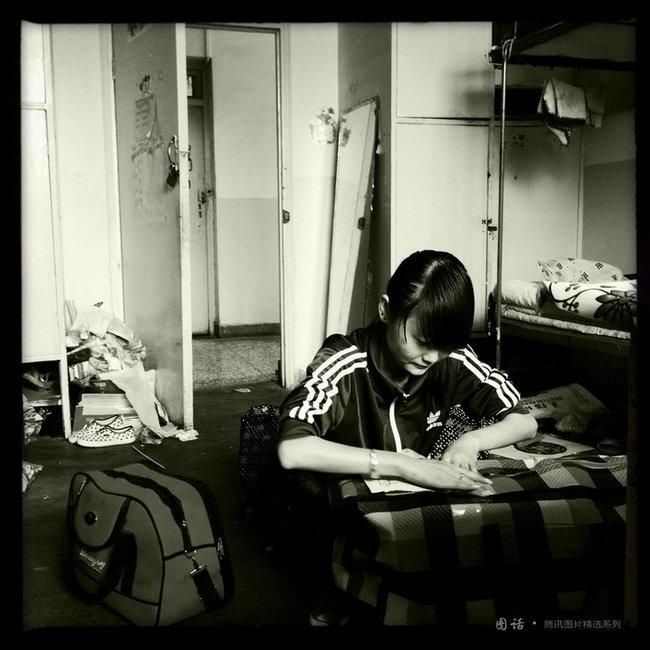 """城市学院幼教专业毕业生崔银莉在默默收拾行李准备回甘肃平凉的家里参加""""万名毕业生下基层""""考试以求得一个事业单位编制工作。"""