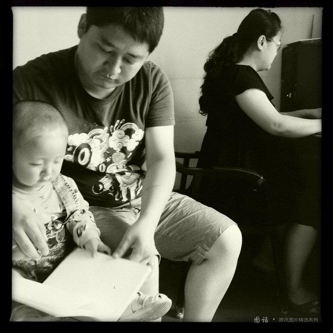 中文系先秦文学硕士毕业生在家里准备数场求职考试,研二丈夫照顾一岁女儿,他坦承压力颇大。