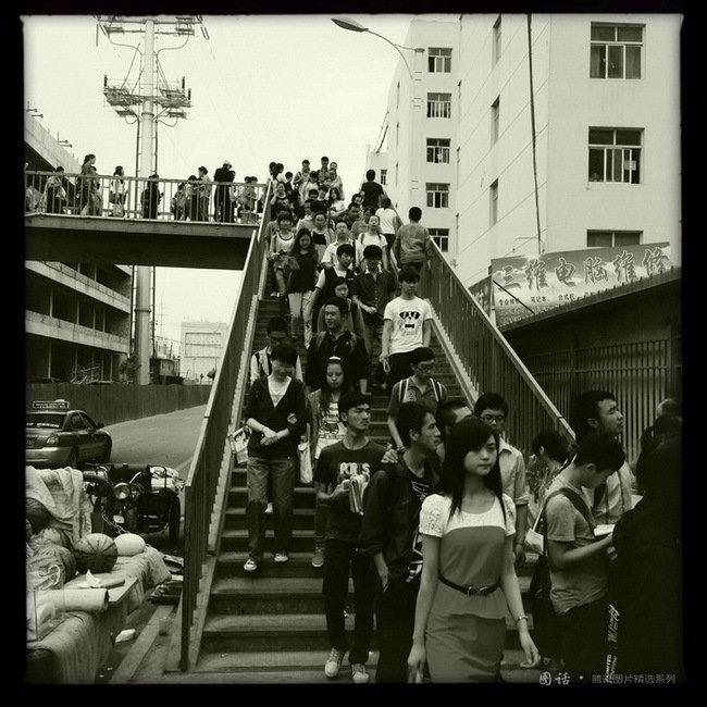 从校外公寓到校园,师大的学生在这个天桥上走过四年。