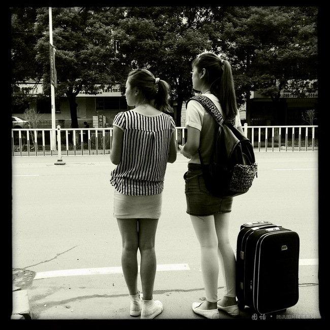 兰州城市学院幼师专业学生马芸送同学离校,沉默着拖着行车等去火车站的车。