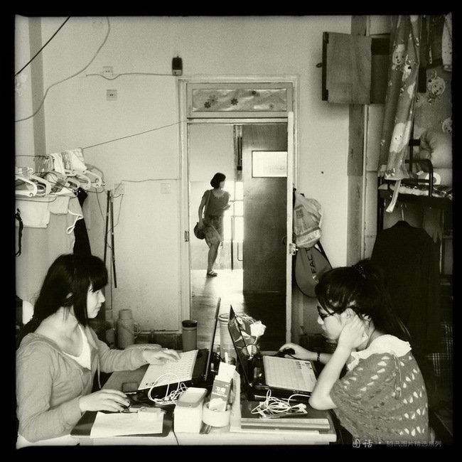 兰州理工大学室内环境设计学生雷凡抒和同学在离校之际仍在紧张准备考试,即甘肃省万名高校生赴基层选拔,考取后将进入村镇任基层职员。