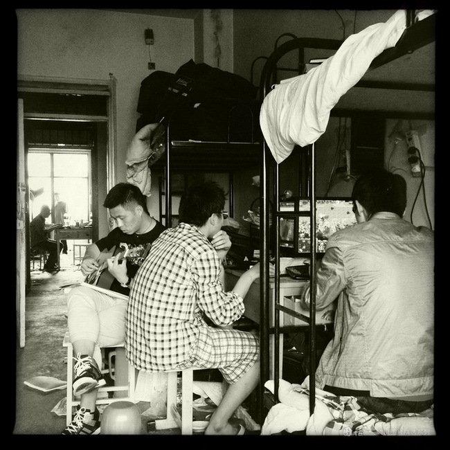 兰州理工大学工业设计专业男生寝室,离校还有几天,男生们在一起打游戏弹琴,渡过最后的大学时光。