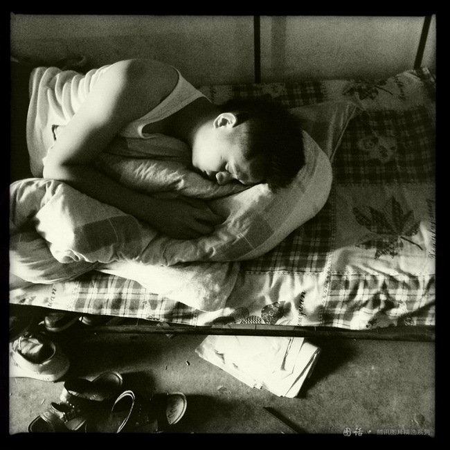 兰州理工大学设计艺术学院男生寝室,一个酣睡的男生,全班56人,约有一半落实了工作。