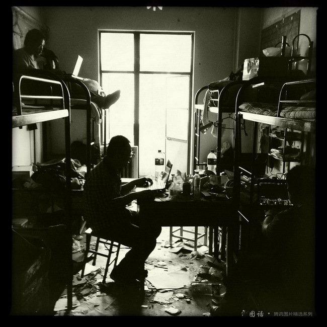兰州理工大学设计艺术学院,离校数日前的男生寝室凌乱,几个男生正在打游戏。