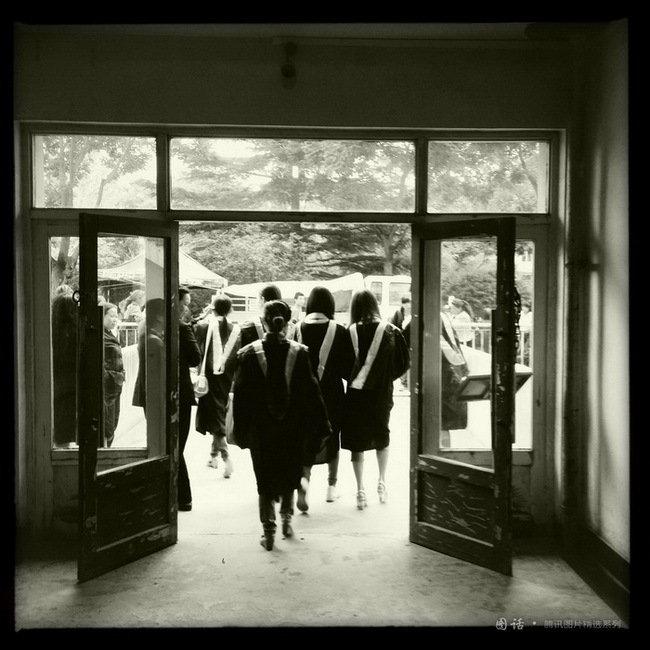 兰州理工大学,几个穿学士服走出寝室的女生。