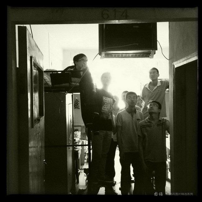 西北师大蓝天公寓,毕业班的男生在宿舍里收看NBA实况。