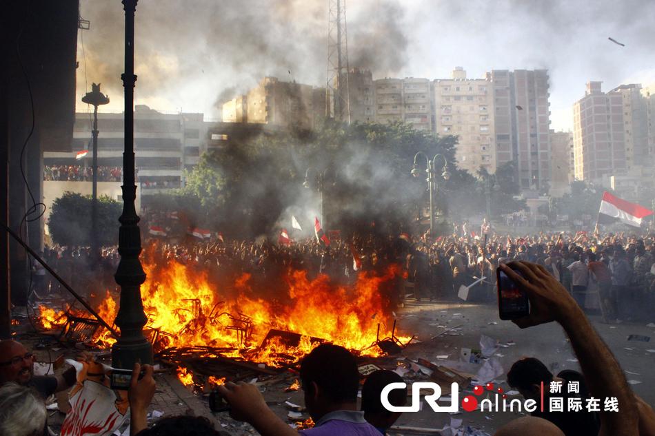 埃及多地爆发冲突造成上百人伤亡