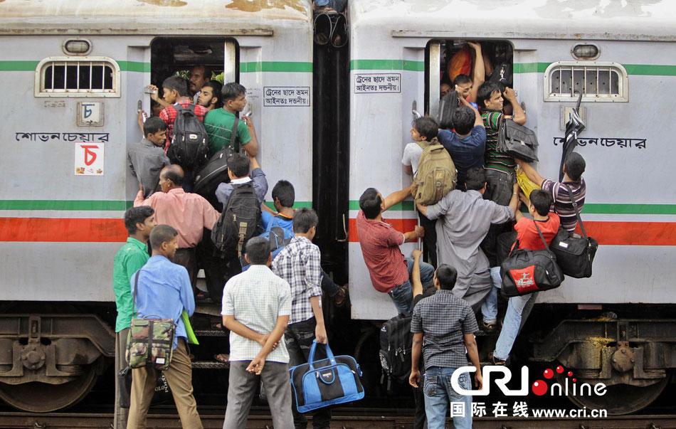 孟加拉国穆斯林挤轮渡、挤火车回家过开斋节