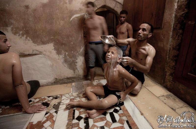 巴勒斯坦穆斯林沐浴迎接开斋节