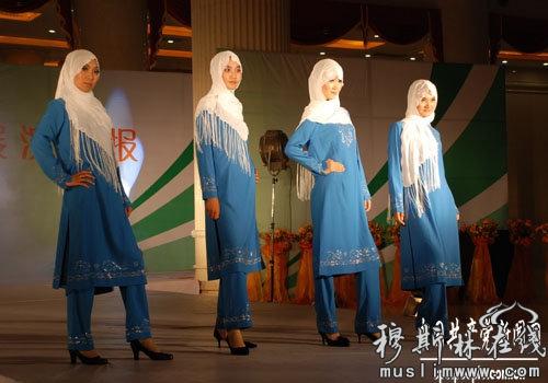 新疆回族妇女穿长旗袍,坎肩,戴盖头;男服饰与西北其他地区回族相同.