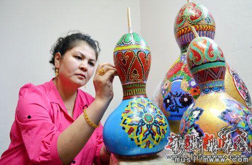 主要销售服装,化妆品以及她手工制作的葫芦画.