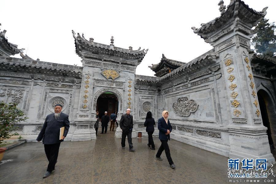 3月20日,穆斯林群众前来参加陕西省西乡县的鹿龄清真寺修缮完工的庆祝仪式。当日,陕西省西乡县鹿龄寺在经过为期两年的保护性修缮后,重新面向广大穆斯林和游客开放。鹿龄寺始建于清康熙年间,殿宇主要为青砖结构,砖墙雕刻精美图案和题诗,既有独特的民族风格,又有明显的地方特色。新华社记者 李一博