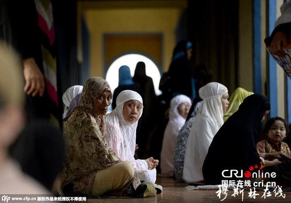 当地时间2015年9月24日,菲律宾马尼拉,穆斯林祈祷庆祝宰牲节。