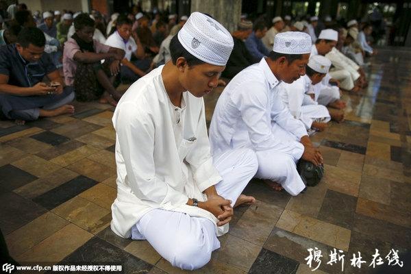 当地时间2015年9月24日,泰国曼谷,穆斯林祈祷庆祝宰牲节。