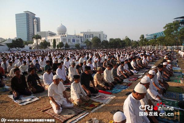 当地时间2015年9月24日,印尼雅加达,穆斯林民众庆祝宰牲节。