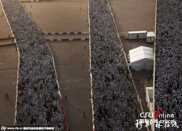 当地时间2015年9月24日,沙特麦加,麦加朝圣者庆祝穆斯林朝圣者宰牲节。成千上万的穆斯林向支柱投石块,象征着撒旦用石头砸死。