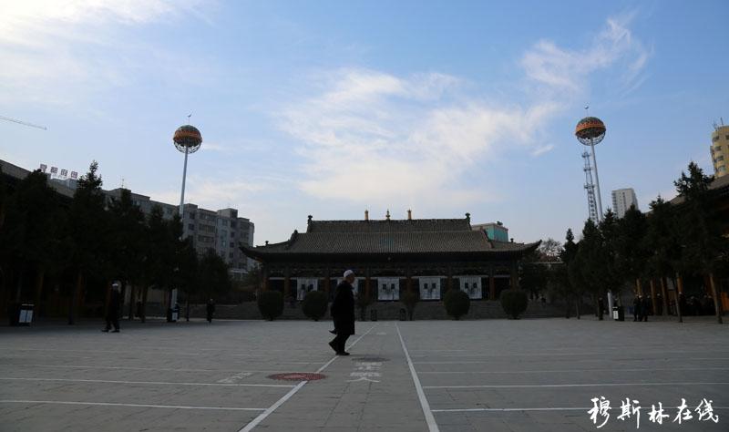 西宁东关清真大寺是西宁古城著名的建筑,位于西宁东关大街路南一侧。占地面积1.194万平方米,大殿本体占地面积1102平方米,南北楼各363平方米,属国家级文物保护单位。