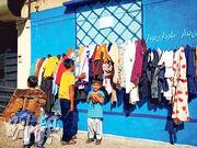 """伊朗现""""善心墙"""":居民街边挂衣物供需要者取用(图)"""