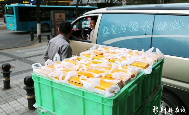 蔡文杰哈吉连续两年给高校穆斯林学生送佰客基快餐开斋