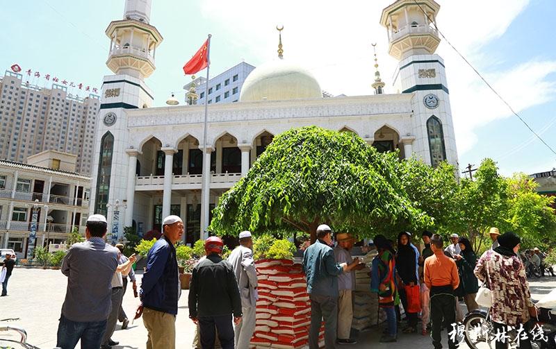 喜迎开斋节 西宁玉带桥清真寺为本坊困难群众发放开斋节慰问品