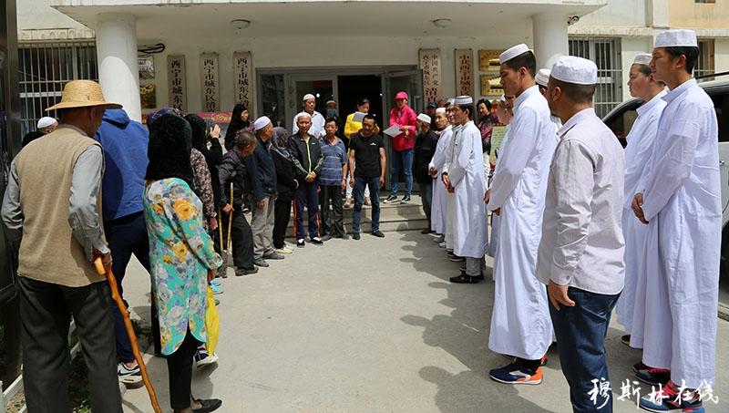 开斋节之际 西宁南关清真寺满拉自发组织探望社区残疾人和贫困户