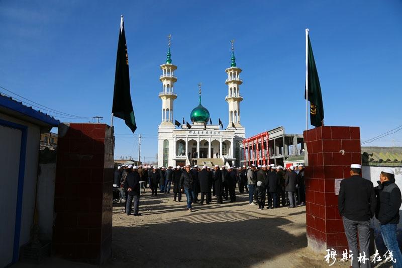 青海省海西蒙古族藏族自治州都兰县察汗乌苏清真寺始建于1925年,是柴达木地区最早的清真寺,原占地14亩;至1945年,清真寺形成了一定的规模,其中平房57间、大殿5间、地毯5行、拜毡48条,和一些日常用具。
