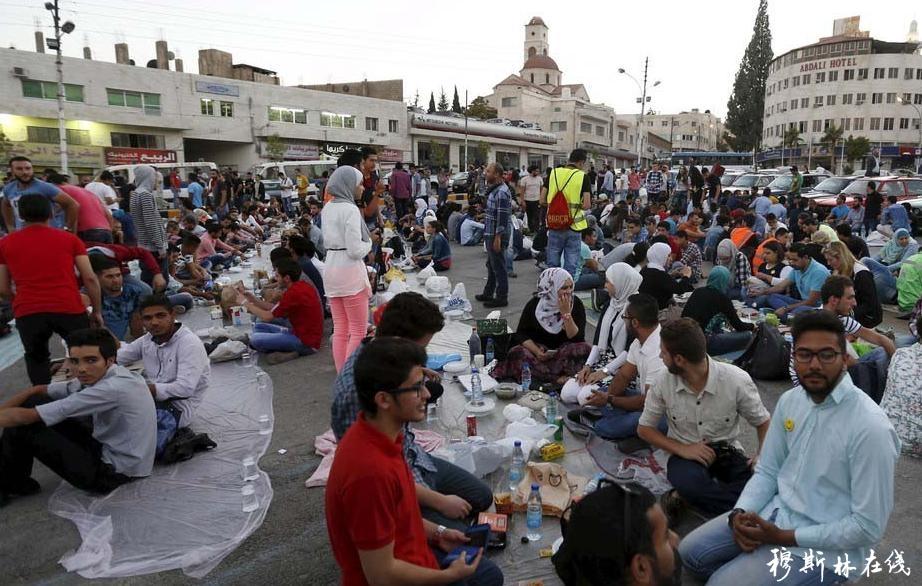 利比亚开斋节现场照,这场面浩大到超乎想象