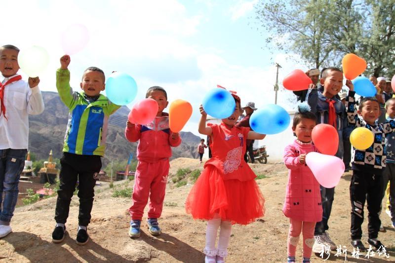 迎斋月庆六一 化隆返乡创业爱心团队致富不忘家乡 情暖山区孩子