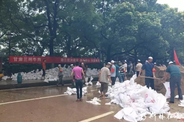 洪水无情人有情 民族团结显真情 --湖南志愿者支援抗洪救灾纪实