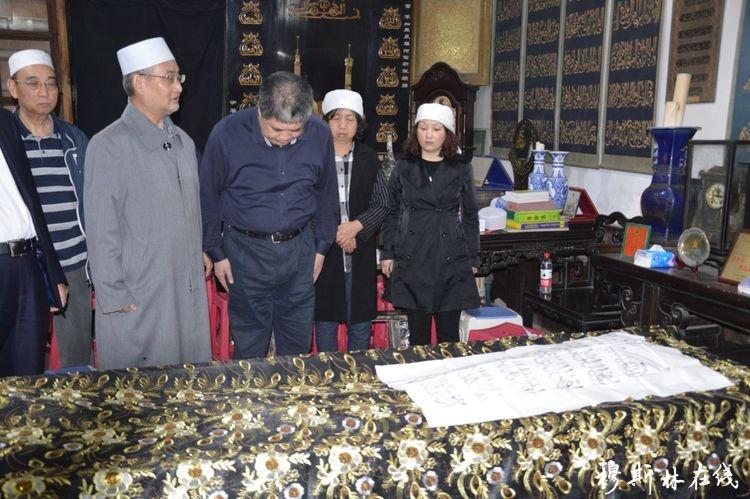陕西省政协主席韩勇前往清真大寺看望马良骥阿訇家属