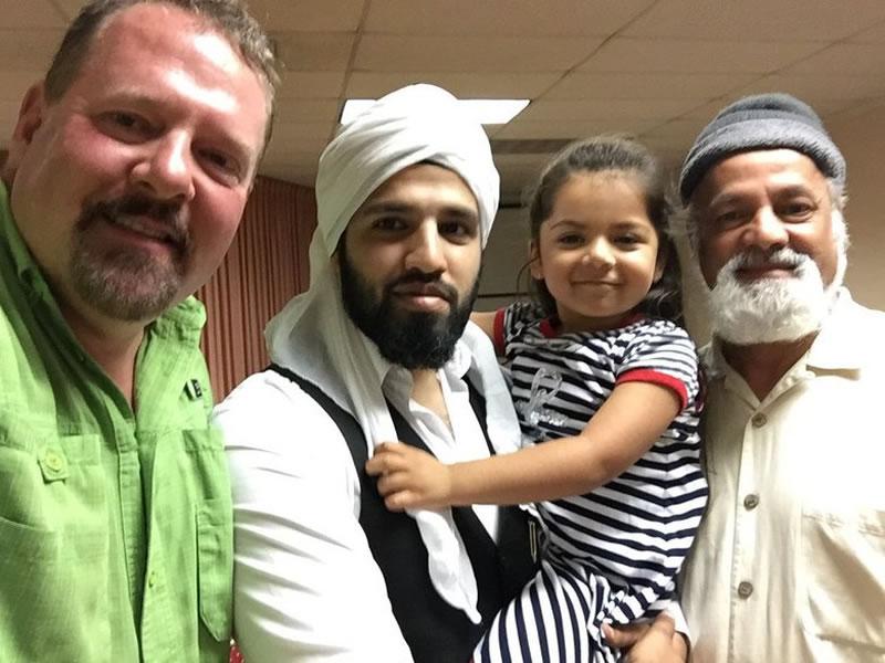 他枪击清真寺,却最终成为伊玛目的挚友