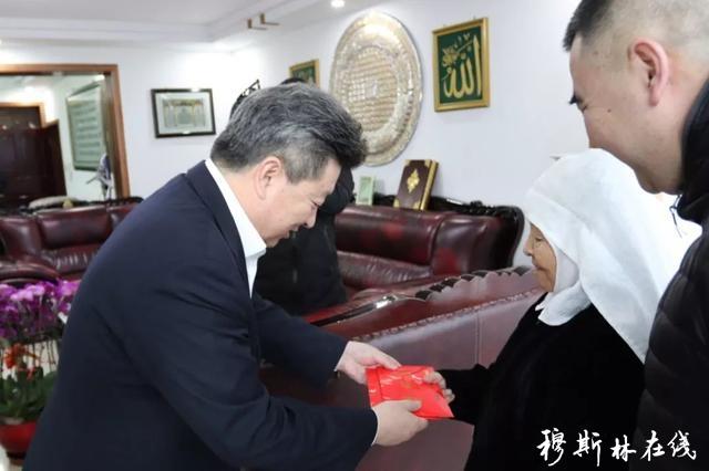 公保扎西看望慰问省政协原副主席马长庆遗孀马秀英