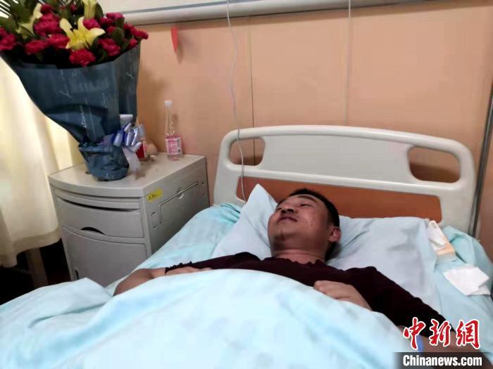 西宁路面坍塌事故亲历者:刚抓住求救者地基就塌了